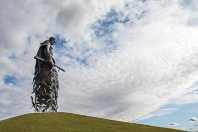 Не потому ль так часто и печально мы замолкаем глядя в небеса... Ржевский мемориал Советскому солдату