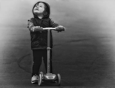 Начало пути Девочка самокат ребёнок радость взгляд любопытство счастье капюшон