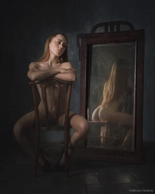 Обратная сторона луны Отражение девушка зеркало