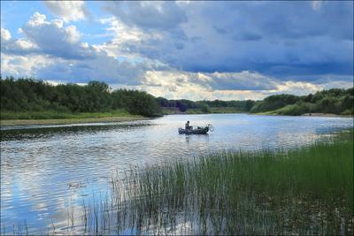 Пейзаж с рекой и рыбаком лето август Коми река Ухта 01.08.2021