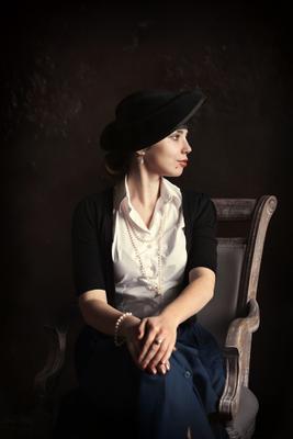 In mother's clothes портрет жанр девушка