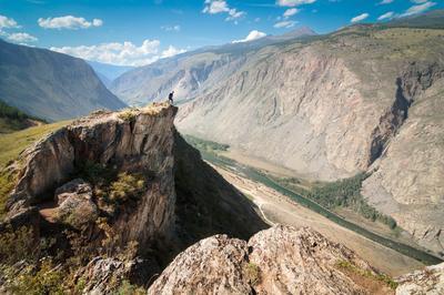 Перевал Кату-Ярык Алтай пейзаж Россия природа скала горы лодка фигура человек портрет