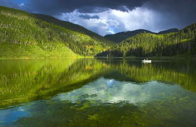 Рыбацкий пейзаж озеро, небо, лес