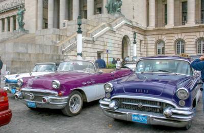 Перед Капитолием Куба