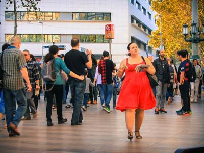 девушка в красном. Ла Рамбла, Барселона