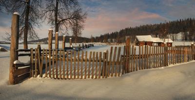 За забором на опушке живет зима в избушке