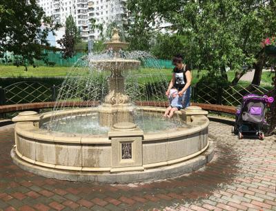 купальный сезон открыт фонтан ребенок мама купание