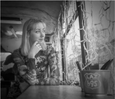 В ожидании друзей с поздравлениями Новосибирск город праздник день рождения модель девушка кафе друзья mamanna2007