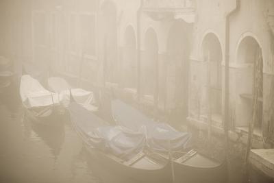 Вот такой я увидел Венецию. Когда гондольеры спят.