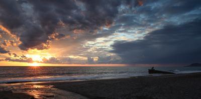 Наслаждение море закат рыбак волны облака солнце