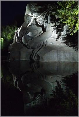 Скорбящая мать Волгоград Мамаев курган Скульптура памятник пруд отражение скорбь мать