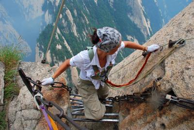 Проверка на прочность горы Китай via ferrata самая страшная тропа мира Хуашань