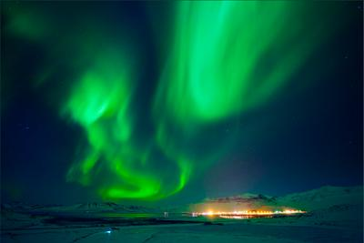 Северное сияние над Grundafjörður северное сияние зима исландия снег вода
