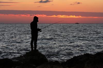 На крючке... море закат рыбак волны облака солнце