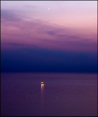 Полночь, свет, кораблик ....  Звезда корабль море Сочи лето ночь