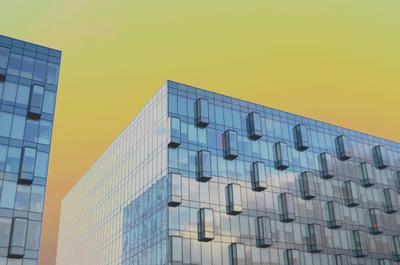 Стекло и метал под жёлтым небом архитектура строение здания город москва стекло