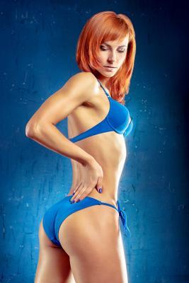 *** девушка бикини тело стройная фигура рыжая студия ретушь купальник фитнес