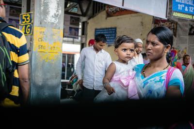 Из окна Дети проницательность мать и сын дорога поезд Индия страна контрастов