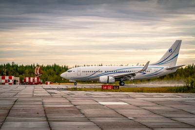 Совершил посадку рейс... Самолет Боинг Газпромавиа аэродром