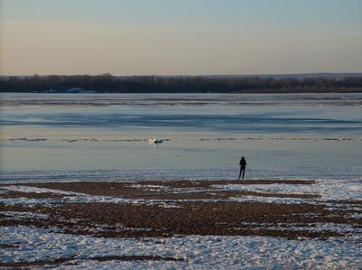 Одиночество закат река волгга лед девушка пляж весна