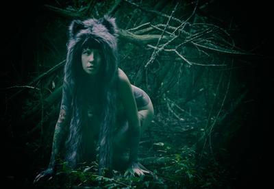 Волчок девушка тату волк лес темный глаза ню эротика обнаженная татуированная женщина брюнетка