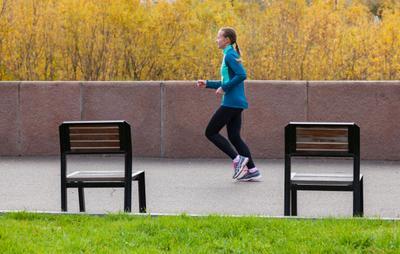 Осенний кадр бег девушка осень спорт
