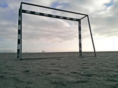 Экзистенциальный футбол море Пярну Эстония берег пляж