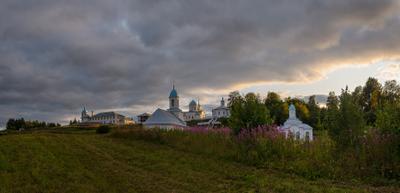 Летний вечер. У монастыря