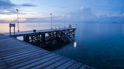 Пирс. Океанский штиль. Мальдивские острова.