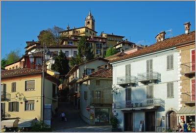 На горе городок Италия Пьемонт Монфорте д'Альба
