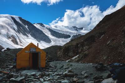 Хижина гляциологов хижина алтай горы ледник домик гляциолог снег природа пейзаж облака лето камни альпинизм путешествие поход