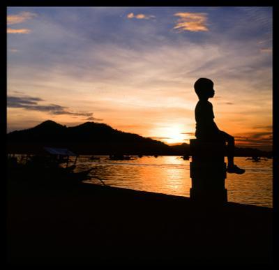 На закате в Короне Филиппины закат мальчик слайд