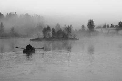 * лодка утро туман пейзаж чб люди лес озеро тональная перспектива деревья весло