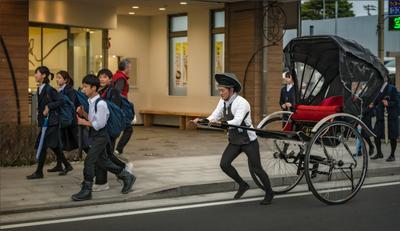 Про школьников и рикшу Япония улица школьники рикша