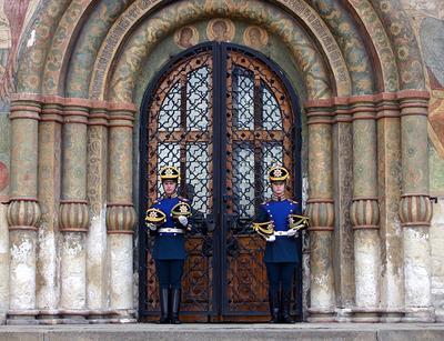 В головных уборах не входить! охрана караул храм шапка Кремль