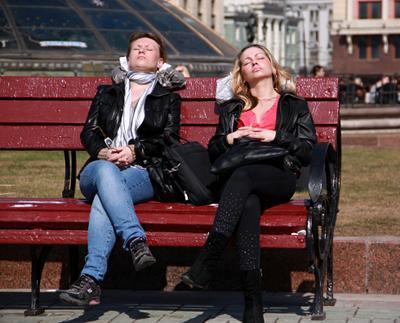 Под апрельским солнышком люди лица город прохожие уличный портрет стрит девушки