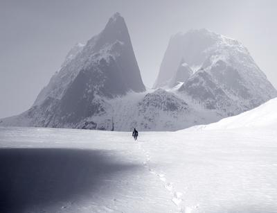Где-то в горах 7 смотрите на темно-сером фоне