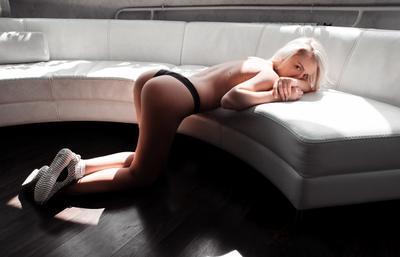 из серии white диван кроссы квартира девушка утро af