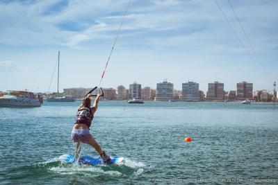 Начинающая серфингистка серфинг море Испания