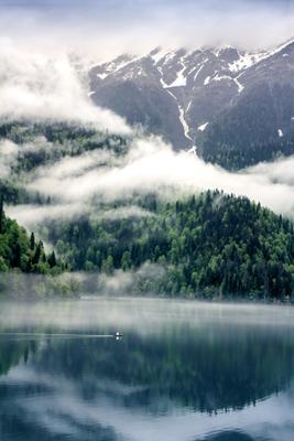 Проплывая по Рицо озеро горы воды лодка