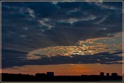 Под небом золотым небо солнце свет луч рассвет тучи москва золото дома