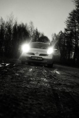 Вперёд смотрящий ночь пейзаж природа свет небо дорога деревья машины машина