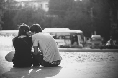 Любовь девушка черно-белое парень любовь двое город