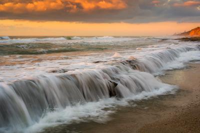 У моря перед закатом