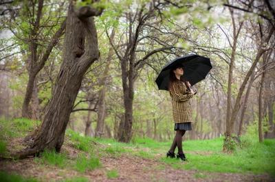 Весенняя прогулка девушка лес весна зонтик дождь
