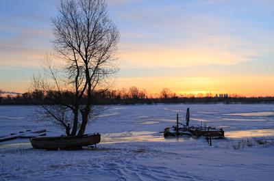 Зимний рассвет зима рассвет лодка река лёд февраль