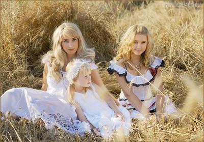 Ещё одна картинка про единство пшенично-ржаных злаковых культур с отдельно взятыми девочками.