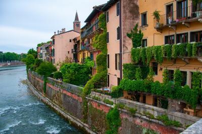 домики Вероны Италия Верона река дома сады архитектура достопримечательности