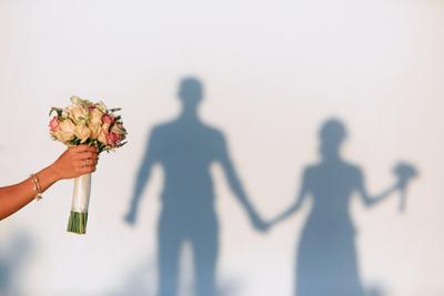 Букет и тени. свадьба букет рука тени жених невеста Греция Санторини