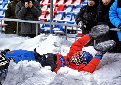 Самый интересный момент для игрока Снег игра хоккей удовольствие